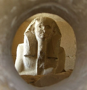 Djo12-Looking-into-the-serdab-at-King-Djoser